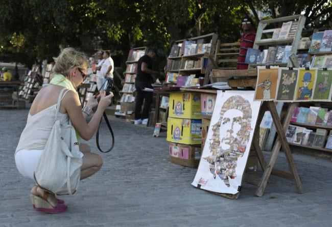 Từ bảo tàng nghệ thuật quốc gia ở Havana cho tới những chợ nghệ thuật nhỏ trên đường phố, du khách có thể tìm thấy những tác phẩm đẹp và nhiều màu sắc ở khắp Cuba.