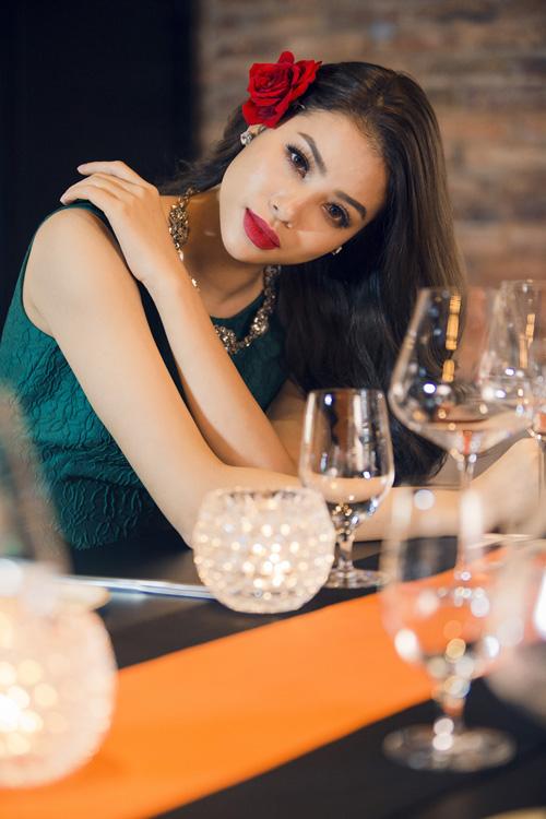 Hoa hậu Phạm Hương diện tông màu nóng đón Giáng sinh sớm - 8