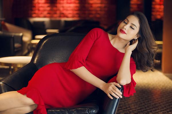Hoa hậu Phạm Hương diện tông màu nóng đón Giáng sinh sớm - 10