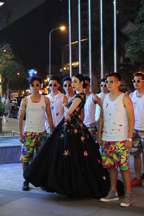Choáng với dàn vệ sĩ màn ảnh quần đùi áo hoa của Phương Trinh - 2