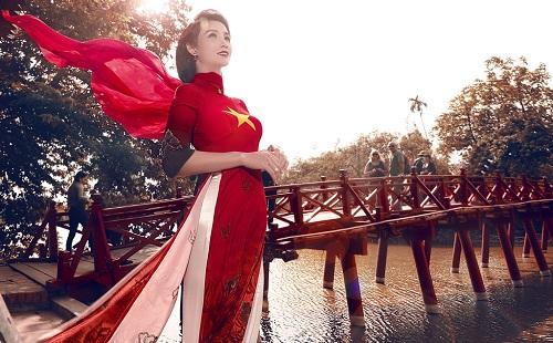Mai Thu Huyền gây ấn tượng với áo dài họa tiết di sản - 1