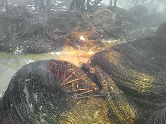 """Ảnh: Tan hoang kho hàng 2.000m2 bị """"bà hỏa"""" viếng thăm - 12"""