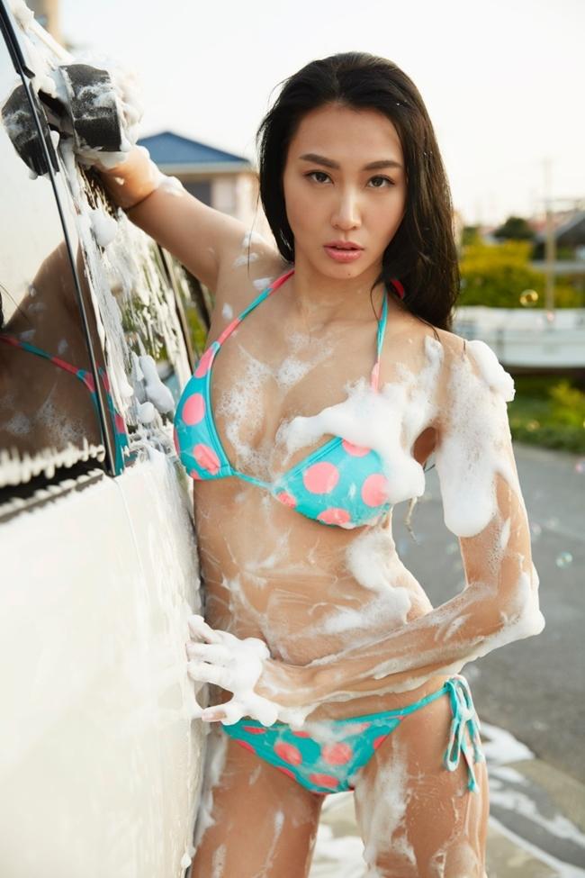 Trang Đoan Nhi diện bikini tự tin vào vai cô nàng rửa xe gợi cảm.