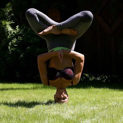 Mẹ 3 con khoe thế Yoga như cao thủ Thiếu Lâm - 8