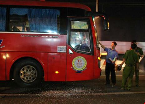 Nhóm giang hồ chặn xe khách, hăm dọa tài xế - 1