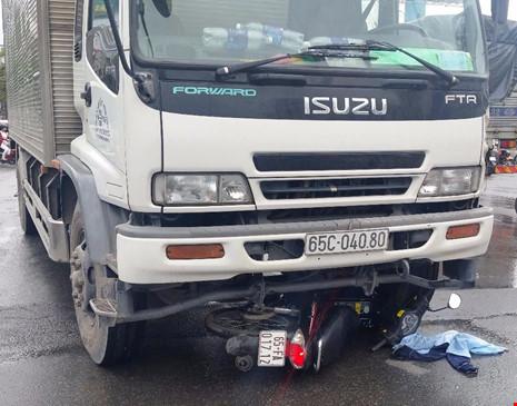 2 nam sinh bị xe tải kéo lê trên đường - 1