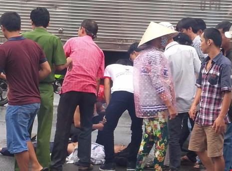 2 nam sinh bị xe tải kéo lê trên đường - 2