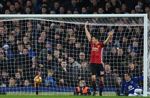 Everton - MU: Tội đồ từ ghế dự bị - 1