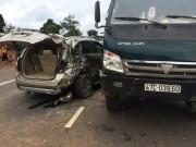 Tin tức trong ngày - Chuẩn bị dừng đèn đỏ, ô tô 7 chỗ bị xe tải tông nát