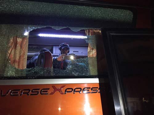 Xe bus chở ĐT Indonesia bị ném vỡ kính, VFF xin lỗi - 1