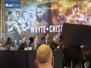 Boxing: Võ sĩ vác bàn ném nhau gây sốc
