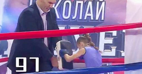 Nữ thần boxing 9 tuổi đấm thủng cánh cửa - 2