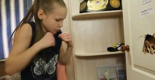 Nữ thần boxing 9 tuổi đấm thủng cánh cửa - 1