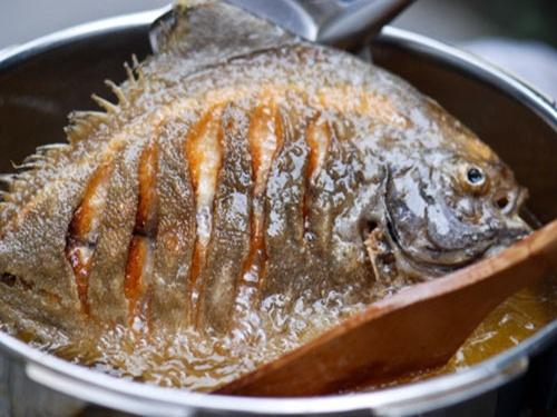 Tuyệt chiêu rán cá vàng giòn, không bắn mỡ - 1