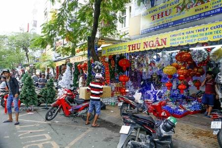 TP.HCM: Nhộn nhịp thị trường đồ trang trí giáng sinh - 2