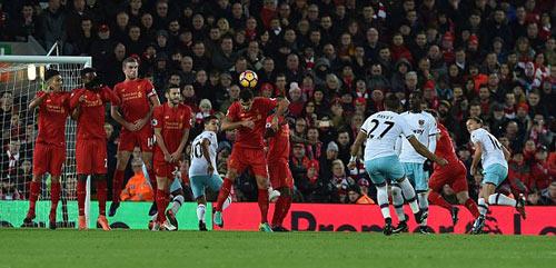 NHA: Trọng tài gây sốt với tư thế sút phạt như Ronaldo - 1