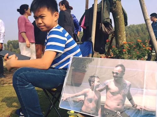 Vợ con và fan đến viếng mộ, mừng sinh nhật Trần Lập - 2