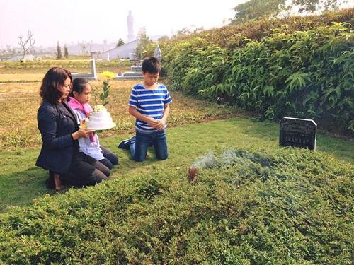 Vợ con và fan đến viếng mộ, mừng sinh nhật Trần Lập - 1