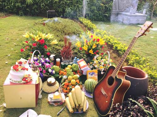 Vợ con và fan đến viếng mộ, mừng sinh nhật Trần Lập - 3
