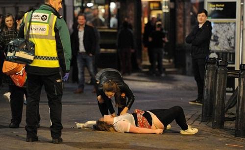 Sửng sốt lý do giới trẻ Anh nằm la liệt trên đường phố - 1