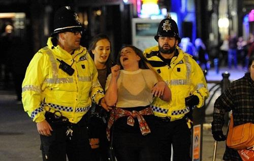 Sửng sốt lý do giới trẻ Anh nằm la liệt trên đường phố - 4