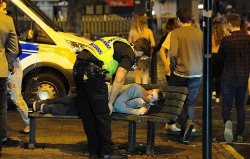 Sửng sốt lý do giới trẻ Anh nằm la liệt trên đường phố - 5