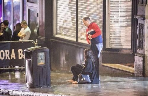 Sửng sốt lý do giới trẻ Anh nằm la liệt trên đường phố - 7