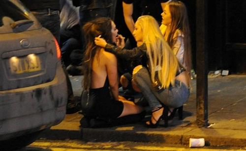 Sửng sốt lý do giới trẻ Anh nằm la liệt trên đường phố - 8