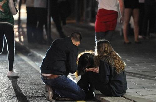 Sửng sốt lý do giới trẻ Anh nằm la liệt trên đường phố - 9