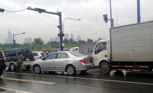3 ô tô tông nhau trước hầm vượt sông SG, giao thông tê liệt - 1