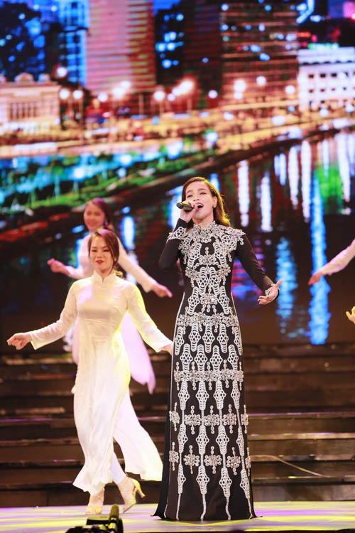 Hà Hồ được trai đẹp bế bổng trên sân khấu - 3
