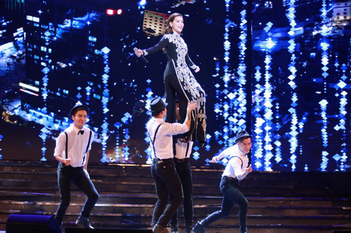 Hà Hồ được trai đẹp bế bổng trên sân khấu - 2