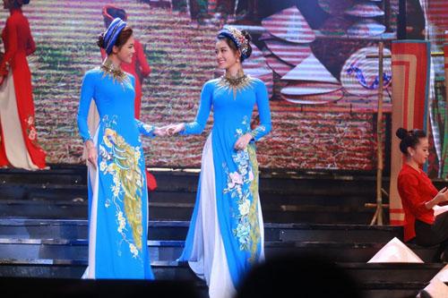 Hà Hồ được trai đẹp bế bổng trên sân khấu - 9