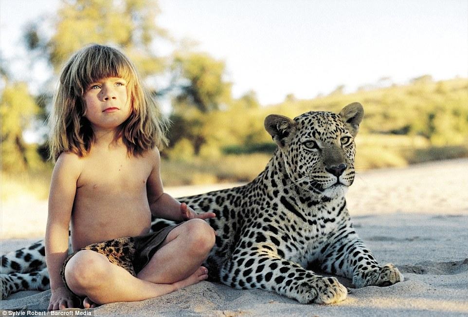 Bé gái Tây 10 năm ở châu Phi cùng báo đốm, voi và rắn - 1