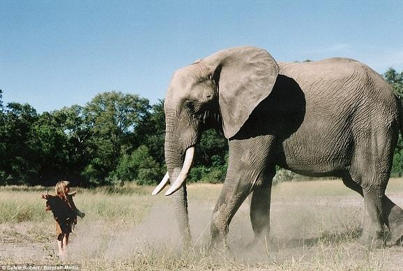 Bé gái Tây 10 năm ở châu Phi cùng báo đốm, voi và rắn - 7