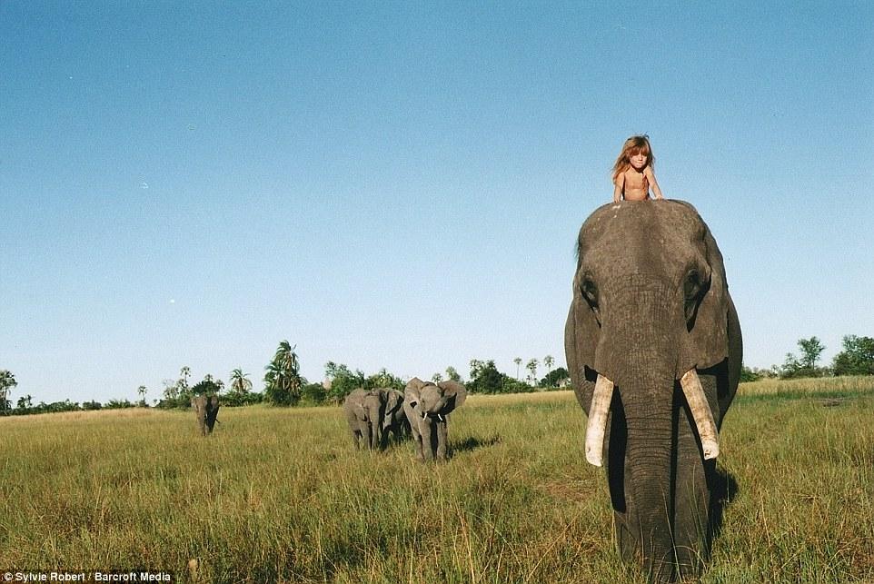 Bé gái Tây 10 năm ở châu Phi cùng báo đốm, voi và rắn - 6