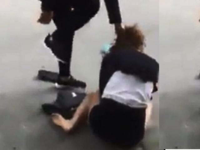 Nữ nhân viên bảo hiểm bị đánh ghen, bắt quỳ giữa phố