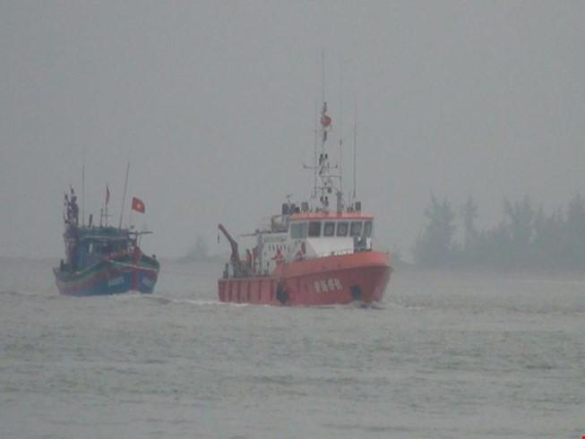 Tàu cá bất ngờ bị tàu lạ đâm thủng rồi bỏ chạy - 1