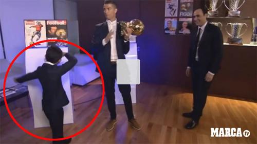 Ronaldo đoạt Quả bóng Vàng, đi giày vàng ròng thi đấu - 7