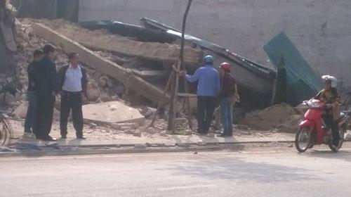 Quảng Ninh: Nhà 3 tầng bất ngờ đổ sập, dân hú vía - 1