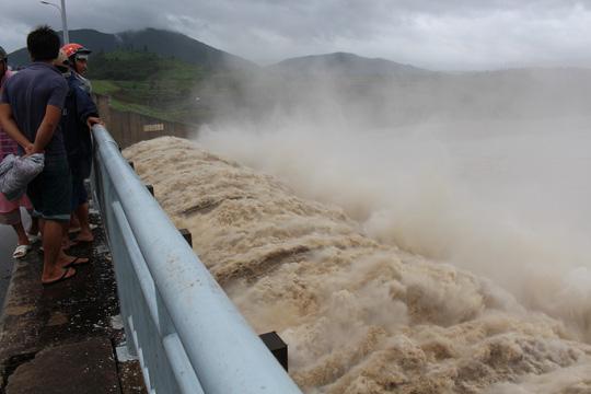 Các thủy điện ở Phú Yên đồng loạt xả lũ - 1