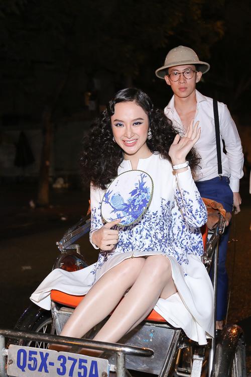 Angela Phương Trinh ''cưỡi'' xích lô, đội mưa dự sự kiện - 1