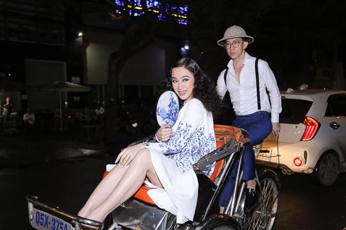 Angela Phương Trinh ''cưỡi'' xích lô, đội mưa dự sự kiện - 2