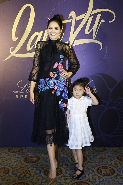 Angela Phương Trinh ''cưỡi'' xích lô, đội mưa dự sự kiện - 6