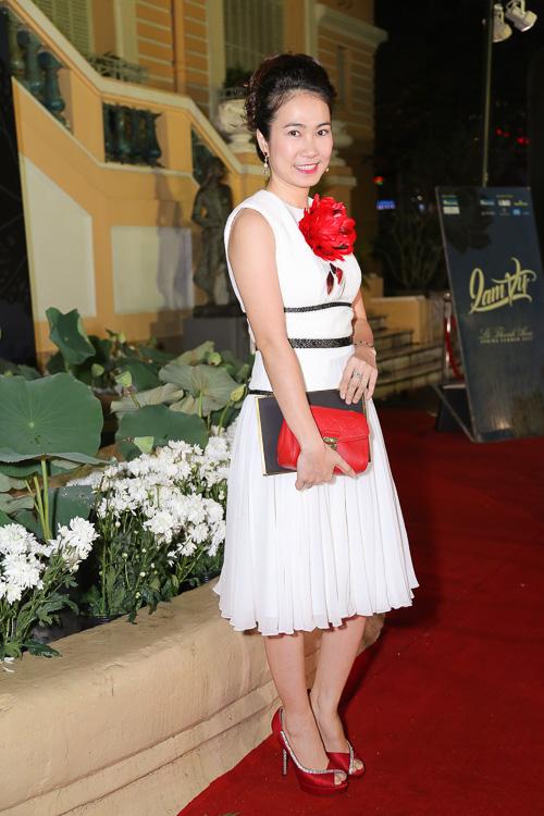 Angela Phương Trinh ''cưỡi'' xích lô, đội mưa dự sự kiện - 12