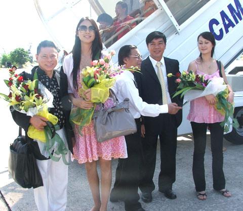 Vẻ gợi cảm của 2 hoa hậu được tỷ phú Hoàng Kiều mời đến Việt Nam - 1