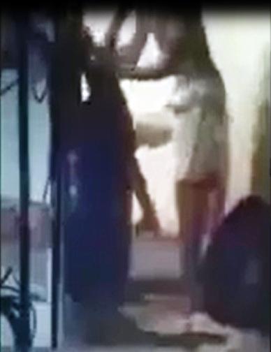 Phẫn nộ người đàn ông dìm 2 em bé vào lu nước - 2