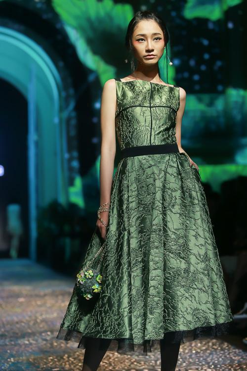 Đặng Thu Thảo lấn át dàn mẫu Việt với váy áo nữ thần - 9