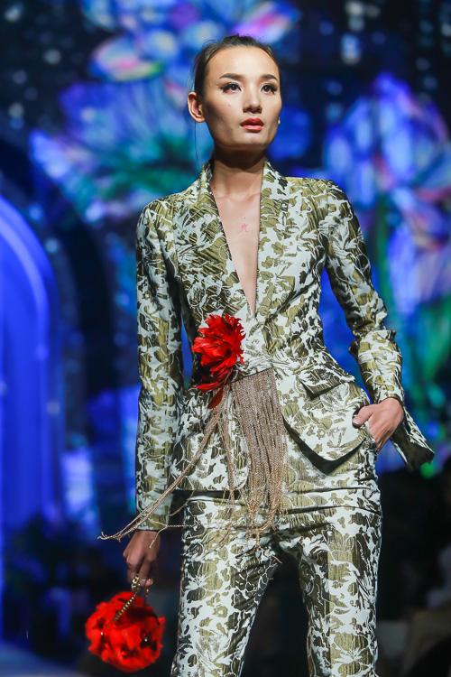 Đặng Thu Thảo lấn át dàn mẫu Việt với váy áo nữ thần - 11