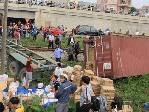 Dừng trên đường ray, xe container bị đâm gãy đôi - 2